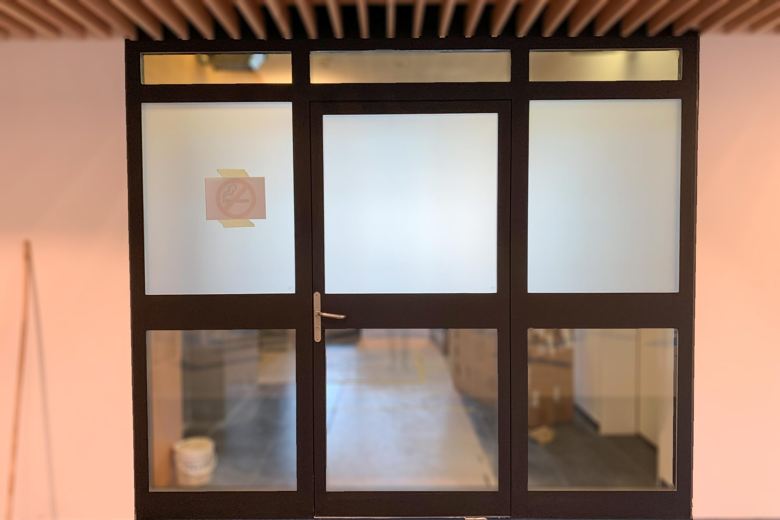 Fenster bekleben mit Sichtschutzfolie blackstone